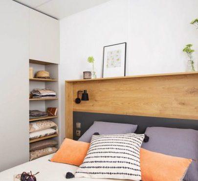 Vue sur lit double d'une chambre premium