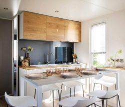 Mobil home avec cuisine et table à manger